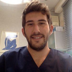 Elad Sjazer dans son cabinet dentaire